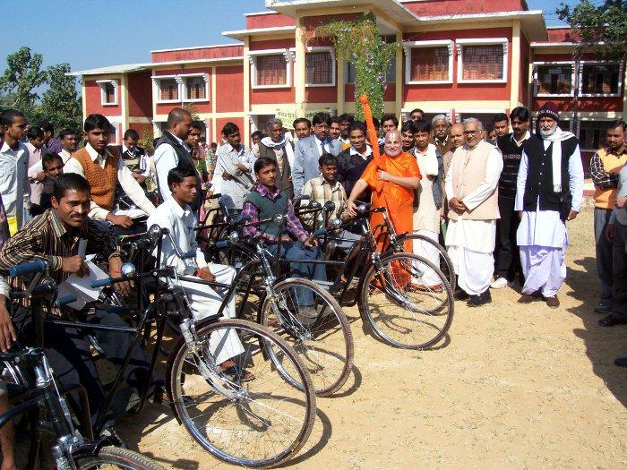 jagadguru-ramabhadracharya-with-mobility-impaired-students